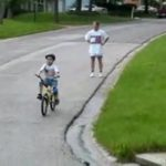 Junge lernt Fahrrad fahren